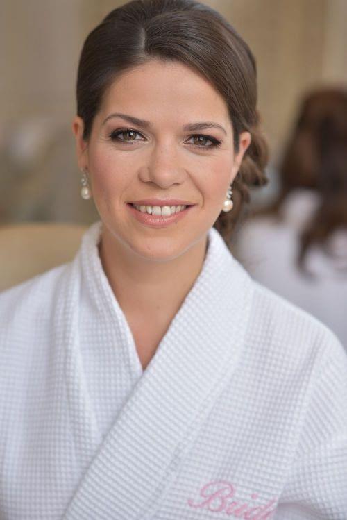 Classic natural bridal makeup look bride wearing pearl earings